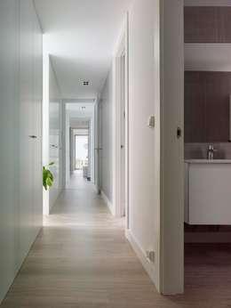 Pasillos y recibidores de estilo  por ADDOMO