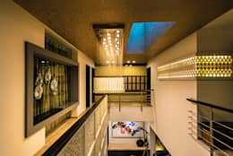 Double Height Space:  Corridor & hallway by Studio An-V-Thot Architects Pvt. Ltd.