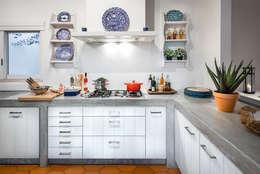 Remodelação e decoração de Cozinha Algarvia: Cozinhas mediterrânicas por The Interiors Online