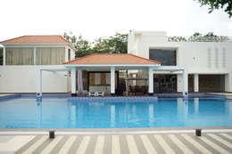 Dhanturi Farm House: mediterranean Pool by iammies Landscapes