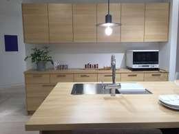 カウンターの植物: 株式会社ムサ・ジャパン ヴェルデが手掛けたキッチンです。