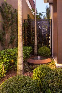 Paisagismo residencial: Jardins tropicais por Le Jardin Arquitectura Paisagística