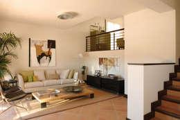 Salas / recibidores de estilo mediterraneo por HABITANTE