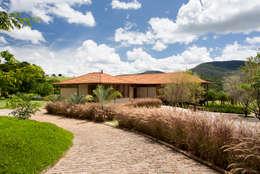 Fazenda Nascente: Casas campestres por Gisele Taranto Arquitetura