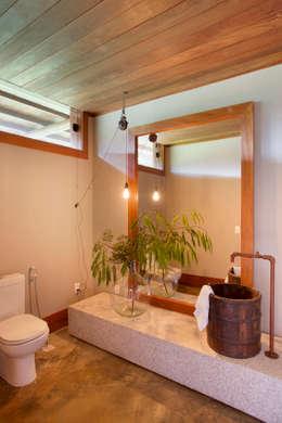 Fazenda Nascente: Banheiros campestres por Gisele Taranto Arquitetura