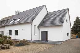pickartzarchitektur-koeln1-aussenansicht nach sanierung: minimalistische Häuser von pickartzarchitektur
