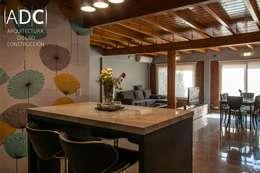VIVIENDA UNIFAMILIAR - EQUIPAMIENTO A MEDIDA -  AVELLANEDA AL 300 - SAN MIGUEL DE TUCUMAN: Cocinas de estilo moderno por ADC - ARQUITECTURA - DISEÑO- CONSTRUCCION