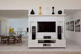 Salas multimedia de estilo moderno por Tammaro Arquitetura e Engenharia