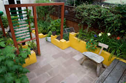 Raised planters and sandstone patio: mediterranean Garden by Earth Designs