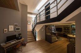 Casa AR: Pasillos y recibidores de estilo  por ARCO Arquitectura Contemporánea