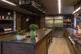 Casa AR: Cocinas de estilo moderno por ARCO Arquitectura Contemporánea