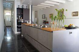 Verbouw monumentale woning: moderne Keuken door studio architecture