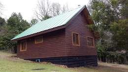 Refugio Rucue: Casas de estilo rústico por San Cristobal hnos constructora