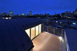 ルーフテラス: 株式会社ラウムアソシエイツ一級建築士事務所が手掛けたベランダです。