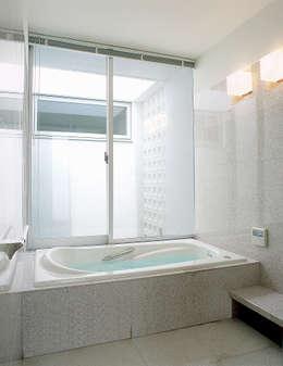 吉田の住宅: アトリエ環 建築設計事務所が手掛けた浴室です。