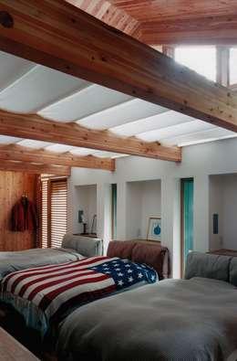寝室: 株式会社ラウムアソシエイツ一級建築士事務所が手掛けた寝室です。