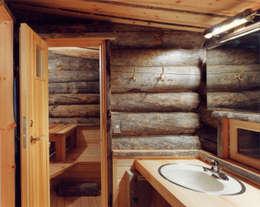 サウナ・脱衣室: 株式会社ラウムアソシエイツ一級建築士事務所が手掛けた浴室です。