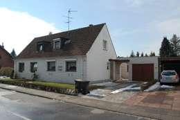 Eine Doppelhaushälfte wie sie vielerorts in Deutschland zu finden ist,: rustikale Häuser von 2kn architekt + landschaftsarchitekt Thorsten Kasel + Sven Marcus Neu PartSchG