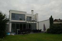 .. mit großen Fensterflächen zum Garten.: moderne Häuser von 2kn architekt + landschaftsarchitekt Thorsten Kasel + Sven Marcus Neu PartSchG