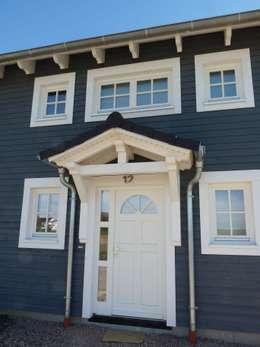 Detailansicht Tür mit Giebel:  Fenster von Skan-Hus GmbH