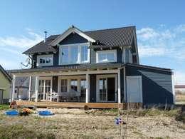 Blick auf Holzhaus Charleston: skandinavische Häuser von Skan-Hus GmbH