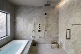 清流の奏でる風景の浴室: 久保田章敬建築研究所が手掛けた浴室です。