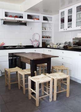 Casa Del Inca: Cocinas de estilo moderno por RENOarq