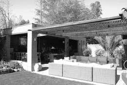 Quincho La Dehesa: Terrazas  de estilo  por RENOarq
