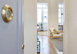 Salas de estar modernas por THE ROOM & CO