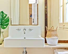 Casas de banho modernas por THE ROOM & CO