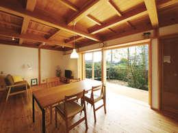 西美薗の家: 岸井設計室が手掛けたリビングです。
