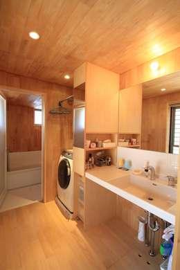 西美薗の家: 岸井設計室が手掛けた洗面所&風呂&トイレです。