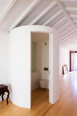 Projekty,  Łazienka zaprojektowane przez Clínica de Arquitectura