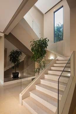 VESTÍBULO: Pasillos y recibidores de estilo  por Rousseau Arquitectos