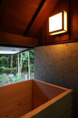 伊東市K邸: 株式会社 鎌倉設計工房が手掛けた浴室です。