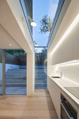 Casa del Sol: modern Kitchen by Sophie Nguyen Architects Ltd