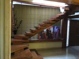 Vestíbulos, pasillos y escaleras de estilo  por Vinyaasa Architecture & Design