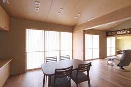 和風住宅リビング障子: 株式会社 北島建築設計事務所が手掛けたリビングです。