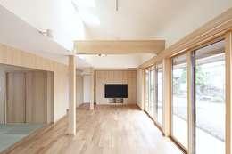 二世帯住宅リビング吹抜け: 株式会社 北島建築設計事務所が手掛けたリビングです。