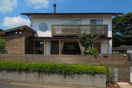 漆喰と杉で仕上げられた外観: 高松設計事務所が手掛けた家です。