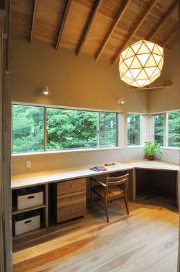 書斎からも公園の緑を一望できます。: 高松設計事務所が手掛けた書斎です。