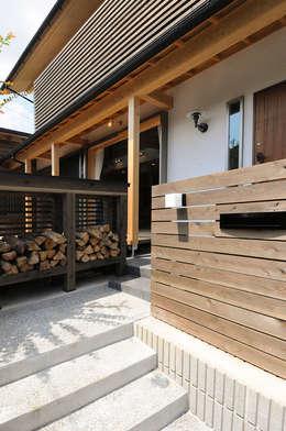 玄関アプローチ: 高松設計事務所が手掛けた庭です。