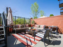 Loft in Arlington :  Patios & Decks by FORMA Design Inc.