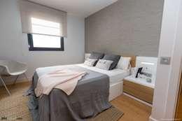 Apartamento Guinardó  : Dormitorios de estilo mediterráneo de Pia Estudi