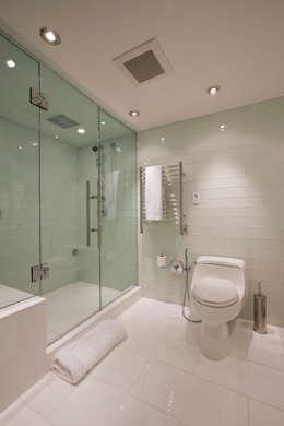 Casas de banho modernas por FORMA Design Inc.