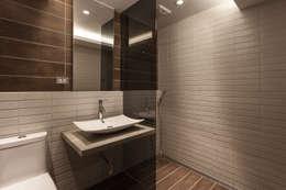 名人陳宅:  浴室 by DS&BA Design Inc 伊國設計