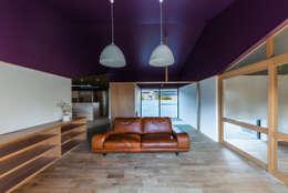 Salas de estilo ecléctico por Smart Running一級建築士事務所