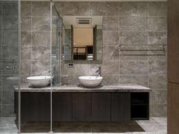 House D 鄧宅:  浴室 by 構築設計
