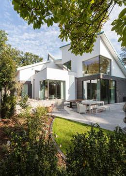 Projekty, nowoczesne Domy zaprojektowane przez DIEPENBROEK I ARCHITEKTEN