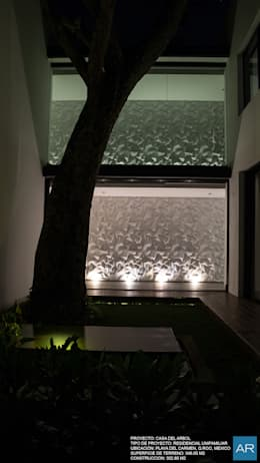 La Casa del Arbol / Playa del Carmen, Quintana Roo, México: Jardines de estilo moderno por AR STUDIO